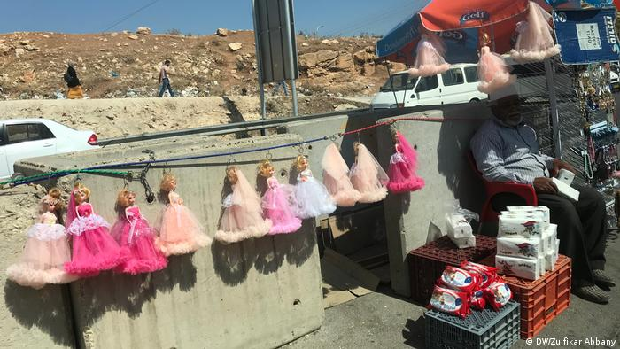 On the road from Bethlehem to Nablus. Roadside trader sells colorful plastic toys. (DW/Zulfikar Abbany)
