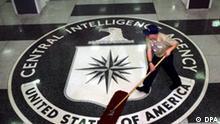 ARCHIV - Ein Arbeiter fegt im Foyer des CIA-Hauptquartiers in Langley, Washington, USA, am 03.03.2005. Selten war US-Präsident Barack Obama derart wütend. Die Sätze, die ihm aus dem Mund fahren, sind kurz und schneidend. «Potenziell katastrophale» Fehler, «Mängel im System», «nicht hinzunehmen», - selten zuvor haben die US-Geheimdienste, allen voran die CIA, eine derartige öffentliche Ohrfeige erhalten. Die Beinahe-Katastrophe von Detroit, sagt Obama, hätte verhindert werden können - wenn die CIA die Warnsignale gehört und weitergeleitet hätte. EPA/DENNIS BRACK/BLACKSTAR/POOL