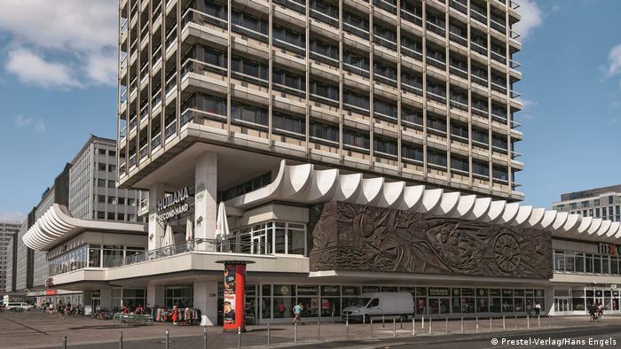 Tall building with scalloped details (Prester-Verlag/Hans Engels)
