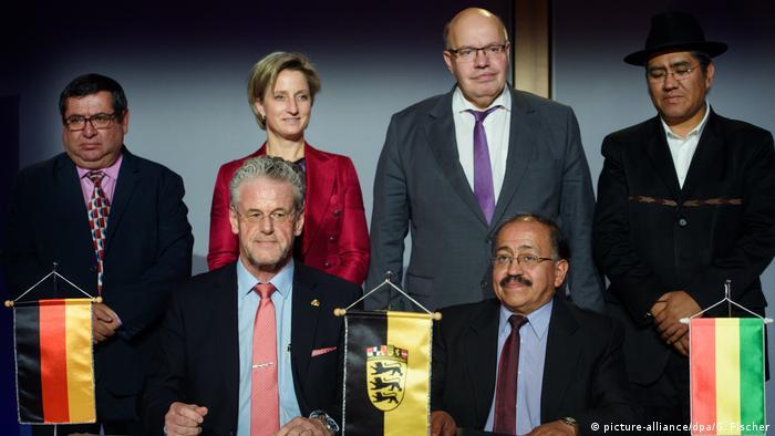 """""""Dos socios están creando lo que uno solo no puede"""", insiste Schmutz, en la foto (delante, izq.) junto a autoridades alemanas y bolivianas, en la firma del convenio. (picture-alliance/dpa/G. Fischer)"""
