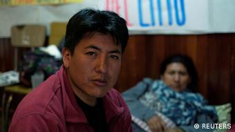 Pumari, líder del comité potosino, junto a otra activista, en huelga de hambre por la anulación del contrato con ACISA. (REUTERS)