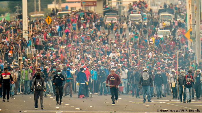 Indígenas e outros grupos de manifestantes protestam contra as políticas do governo de Lenín Moreno no Equador