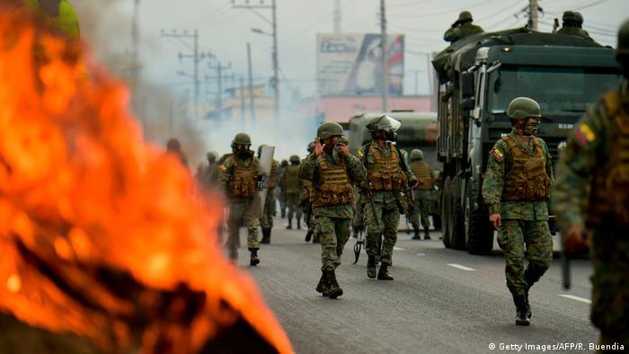 Forças de segurança tentam conter protestos em Quito, no Equador, em foto de 7 de outubro