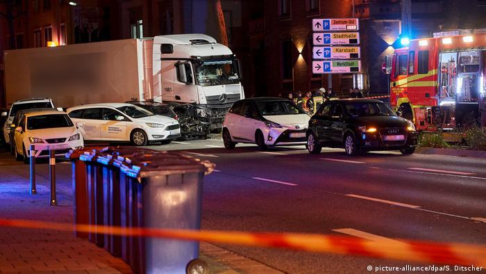 Deutschland Limburg Lastwagen rammt Fahrzeuge