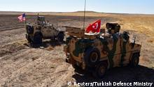 Syiren US und Türkisches Militärfahrzeug an der Grenze zur Türkei