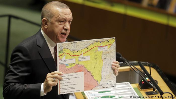 Der türkische Präsident Recep Tayyip Erdogan Ende September mit einer Karte des syrischen Grenzgebiets