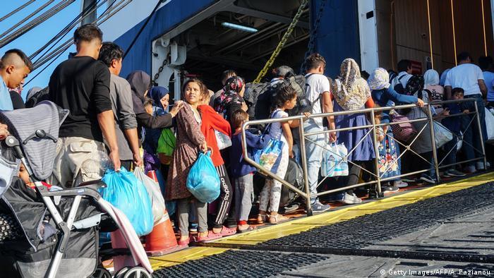 Griechenland Flüchtlinge besteigen Fähre auf Lesbos