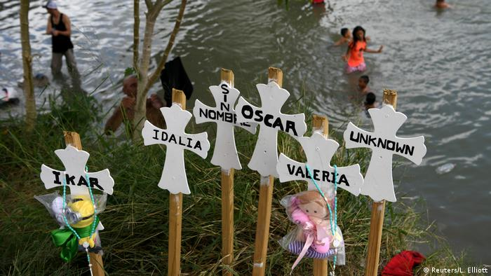 Foto de cruces colocadas cerca del río Grande con nombres de migrantes que han muerto.