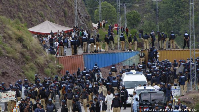 Pakistani police at the border stand on containers to block protesters (picture-alliance/AP Photo/M. D. Mughal)