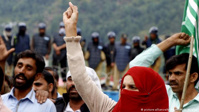 Protesters at the Line of Control in Kashmir (picture-alliance/AP Photo/M. D. Mughal)