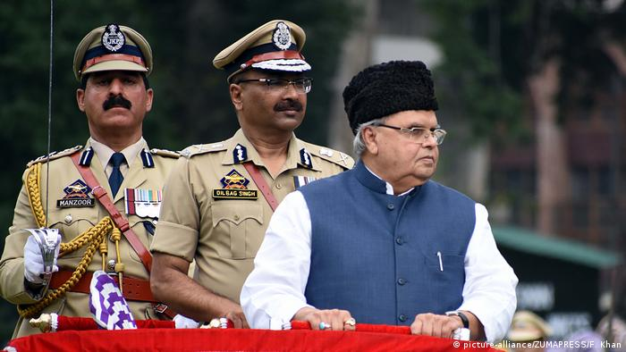 The governor of Jammu and Kashmir, Satya Pal Malik, stands next to military officers during a parade (picture-alliance/ZUMAPRESS/F. Khan)