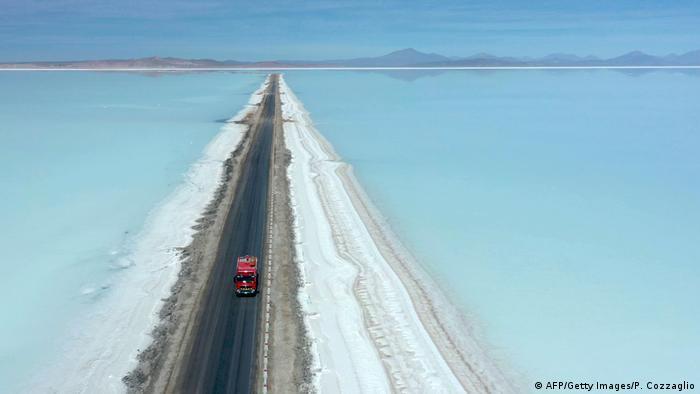 Uno de los destinos turísticos más emblemáticos de Bolivia, el Salar de Uyuni, es uno de los lugares donde se produce el litio.