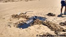 Brasilien   Umweltverschmutzung durch Ölfässer am Strand von Sergipe