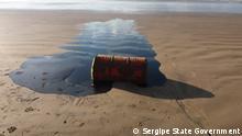 Brasilien | Umweltverschmutzung durch Ölfässern am Strand von Sergipe