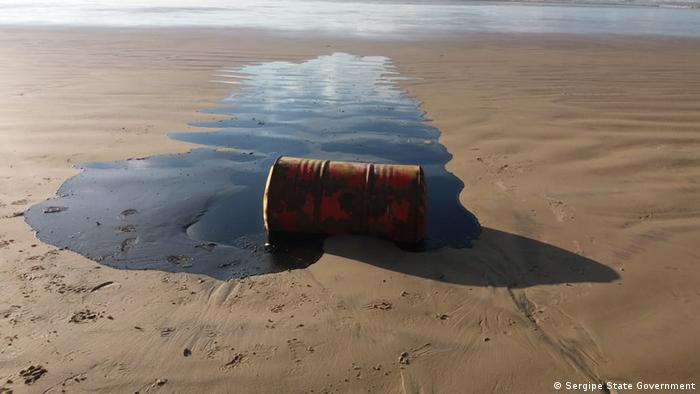 A barrel of oil seeps onto a beach in Sergipe (Sergipe State Government)