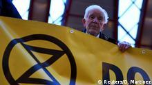 Großbritannien London   83 jähriger Klimaktivist Phil Kingston