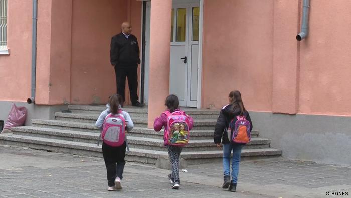 Ден след пуснатия слух децата се завръщат в училище