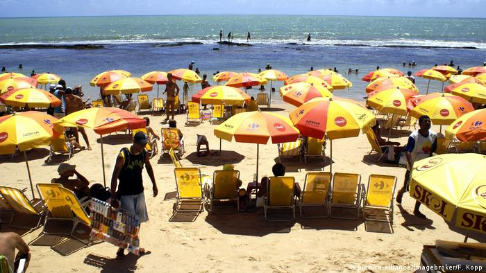A beach full of yellow umbrellas and beachgoers in Recife (picture-alliance/imagebroker/F. Kopp)