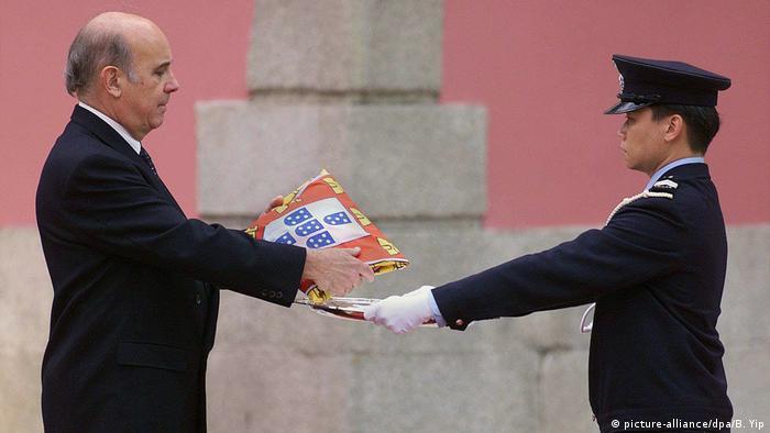 Macau | Rückgabe Macao Gouverneur übergibt Flagge (1999)