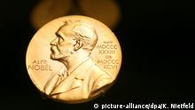 ARCHIV - 08.12.2007, Schweden, Stockholm: Eine Medaille mit dem Konterfei von Alfred Nobel ist am im Nobel Museum zu sehen. Die krisengeschüttelte Schwedische Akademie will mit Hilfe von externen Beratern sicherstellen, dass der Literaturnobelpreis im nächsten Jahr nicht wieder abgesagt werden muss. (zu dpa Externe Berater sollen beim Literaturnobelpreis mitbestimmen vom 19.11.2018) Foto: Kay Nietfeld/dpa +++ dpa-Bildfunk +++ | Verwendung weltweit