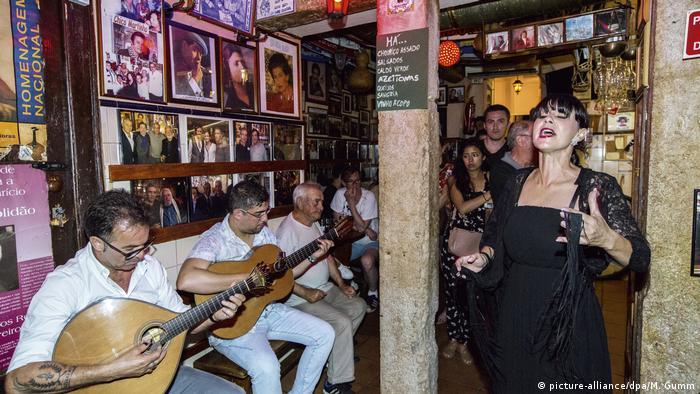 A traditional Fado restaurant in Portugal (picture-alliance/dpa/M. Gumm)