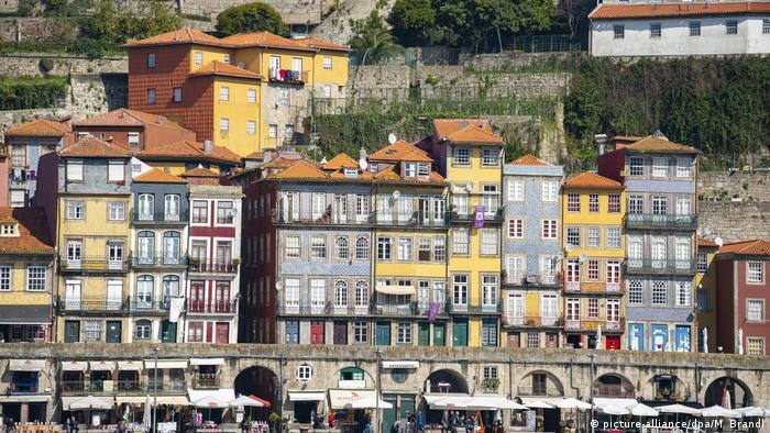 Colourful houses in the district Ribeira (picture-alliance/dpa/M. Brandl)
