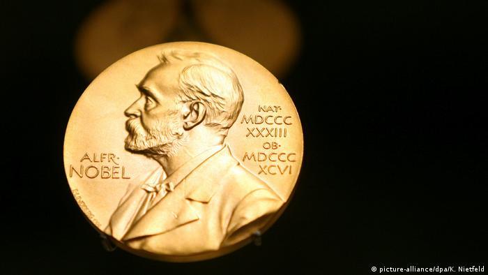 Symbolbild Nobelpreis | Medaille mit dem Konterfei von Alfred Nobel (picture-alliance/dpa/K. Nietfeld)