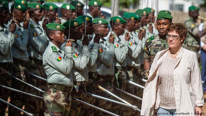 German Defense Minister Annegret Kramp-Karrenbauer in Mali (picture-alliance/dpa/A. I. Bänsch)