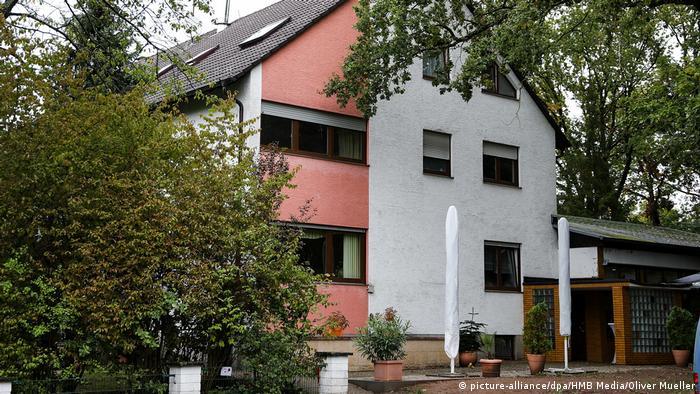 Дом в городке Ланген, в котором находится одна из квартир, где был проведен обыск