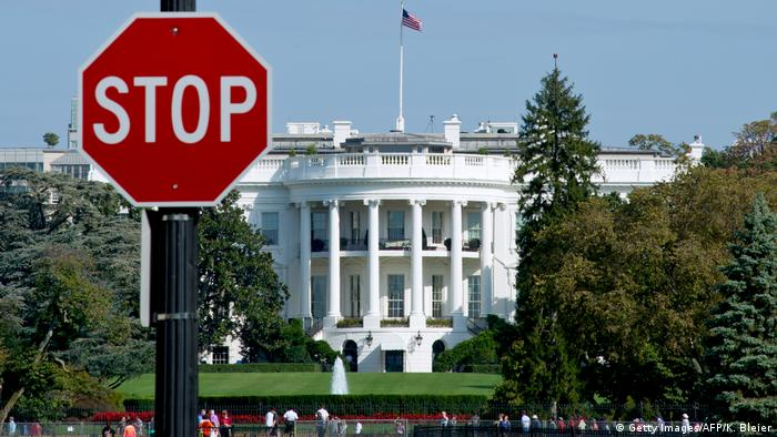 USA Weißes Haus in Washington mit Stoppschild (Getty Images/AFP/K. Bleier)