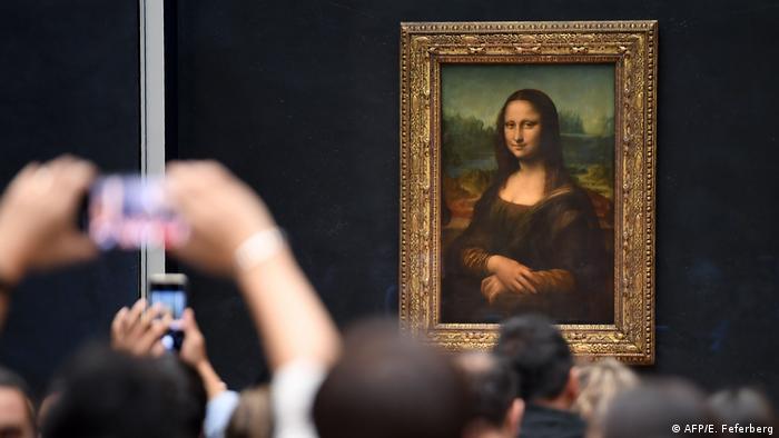 Turistas fotografam quadro Mona Lisano Museu do Louvre