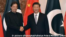 09.10.2019 ISLAMABAD, PAKISTAN - OCTOBER 09: (----EDITORIAL USE ONLY 'Äì MANDATORY CREDIT - Pakistan Prime Ministry Office / Handout - NO MARKETING NO ADVERTISING CAMPAIGNS - DISTRIBUTED AS A SERVICE TO CLIENTS----) Prime Minister of Imran Khan (L) meets Chinese President Xi Jinping in Islamabad, Pakistan on October 09, 2019 Pakistan Prime Ministry Office / Handout / Anadolu Agency | Keine Weitergabe an Wiederverkäufer.