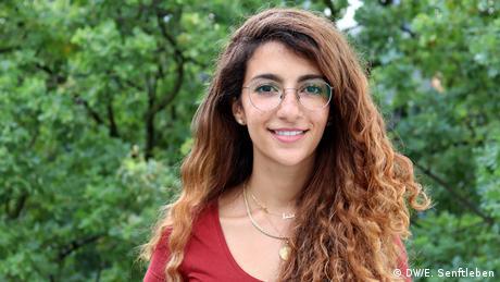 Als saudi-arabische Feministin und Filmemacherin ist es mein Ziel, die Macht der Medien zu nutzen, um die Geschichten der Welt zu erzählen. Geschichten über Menschen, die man sonst nie treffen, sehen oder hören würde. International Media Studies Masterstudiengang - 11. Jahrgang 2019-2021 | Dana Aldini (DW/E. Senftleben)