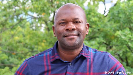 Ich komme aus einem Land, in dem noch immer viele Menschen nicht lesen und schreiben können, was zu Armut und steigenden Arbeitslosenzahlen führt und Verbrechen wie Cyberkriminalität begünstigt. Ich bin überzeugt, dass mir dieses Studium neue Fähigkeiten, Techniken und Wissen bringen wird, die es mir ermöglichen, internationale Erfahrungen nach Nigeria zu tragen – insbesondere im Medienrecht. International Media Studies Masterstudiengang - 11. Jahrgang 2019-2021 | Christian Nweke (DW/E. Senftleben)