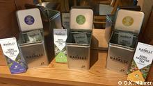 Sechs verschiedene Teesorten, zum Teil in Metalldosen, mit dem Aufdruck Raselli Bergkräutertee