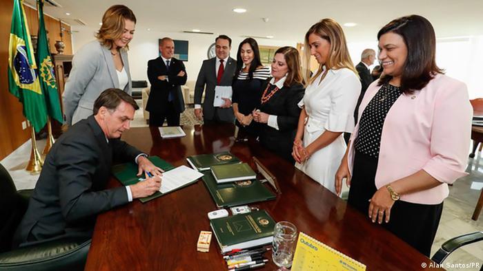 Acompanhado de congressistas, Bolsonaro sanciona projetos que alteram a Lei Maria da Penha