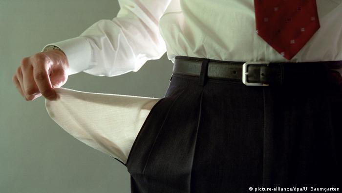 Prazan džep muškarca u odijelu