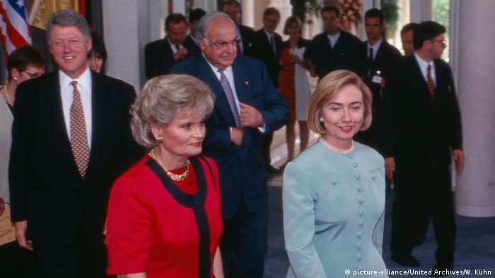 Гельмут Коль и Билл Клинтон вместе с супругами Ханнелоре Коль и Хиллари Клинтон в отеле Петерсберг