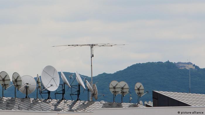 Спутниковые тарелки на здании Deutsche Welle и отель Петерсберг