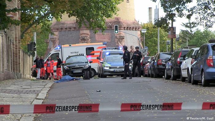 Немецкая полиция на месте стрельбы в Галле