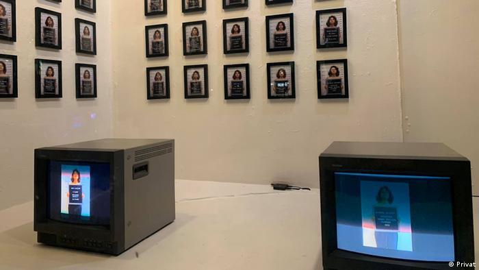 نیمی از برنامههای این کمپین چهارهفتهای در artist television access سانفرانسیسکو واقع در خیابان Valencia برگزار میشود. هنرمندان میتوانند هر هفته از پنجره یا ویترین رو به خیابان برای ارائه کارهای خود استفاده کنند. تصویر: معرفی اتهامات، اسامی و احکام زندانیان سیاسی حاضر در اوین، کار مهرگان پزشکی.