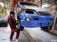 Ein Angestellter am Fließband des chinesischen Autobauers JAC Motors in Hefei, (Foto: AP)