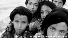 Für diese fünf Mädchen, Aynalem (12), Enat (13), Hiwote (12), Yeshita (13) und Assema (12) ist das Leben kein Kinderspiel. Alle sind bereits verheiratet. (Weiterer Text über ots). Dieses Foto kann honorarfrei gedruckt werden. Bitte Fotonachweis Foto: Peter Rigaud angeben. foto nur s/w |