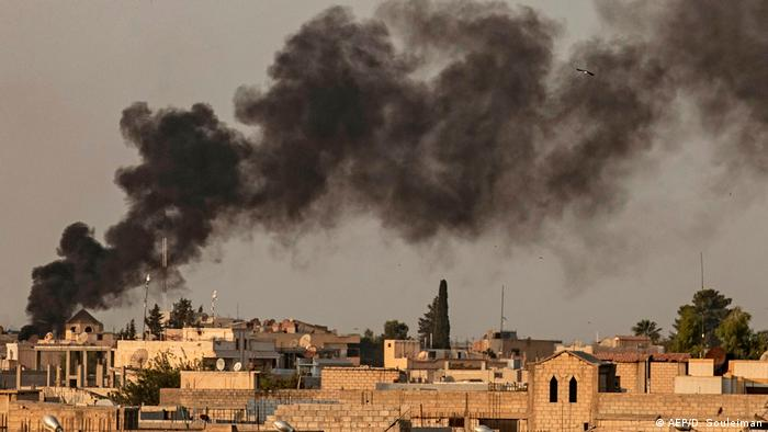 Türkische Militäroffensive in Nordsyrien | Luftangriff in Ras al-Ain (AFP/D. Souleiman)