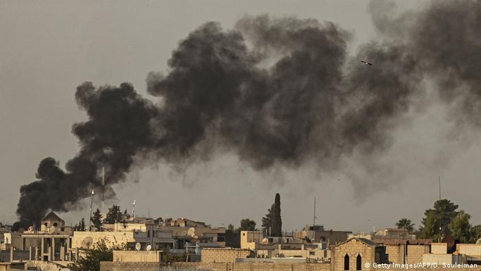 Nach türkischen Luftangriffen steigt über Ras al-Ain Rauch auf