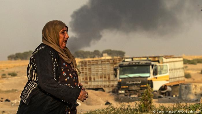 Türkische Militäroffensive in Nordsyrien | Luftangriff in Ras al-Ain (Getty Images/AFP/D. Souleiman)