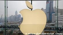 Hongkong Apple-Store logo looking over the city (picture-alliance/AP Photo/K. Cheung)