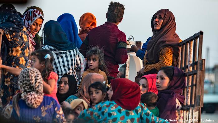 Syrien Konflikt Grenze Türkei | Flüchtlinge bei Ras al-Ain (Getty Images/AFP/D. Souleiman)