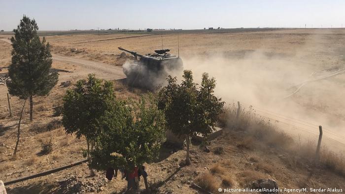 تانکهای ارتش ترکیه در حال ورود به شهر تل ابیض