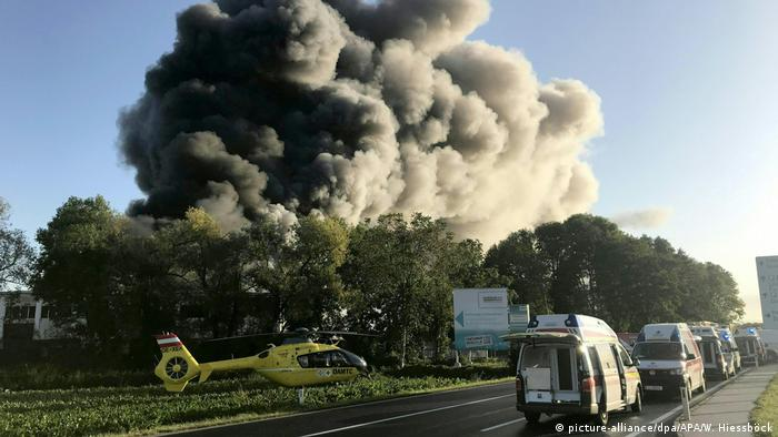 A cloud of smoke rises in the sky following an explosion at a waste treatment plant near the airport in Linz, Austria (picture-alliance/dpa/APA/W. Hiessböck)